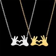 Schicke Halskette aus Aluminium mit zwei Händen als Anhänger
