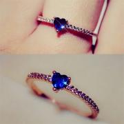 Stylische elegante Ring mit herzförmigem Saphir und Zirkonia