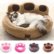 Niedliches Bett für Haustiere in der From einer Bärenklaue