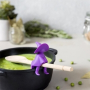 Kreativer Kochlöffelhalter in der Form einer Hexe