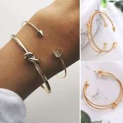Ein Paar stilvolle Armbänder aus Legierung - golden