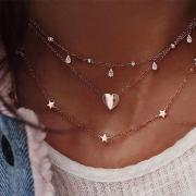 Stylische dreireihige Halskette mit zahlreichen Anhängern