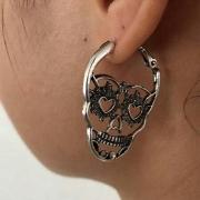 Ohrringe im Retrostil in Totenkopfform