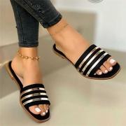 Moderne Slippers mit Flachen Absätzen Offenen Spitzen und Kontrastierenden Farben