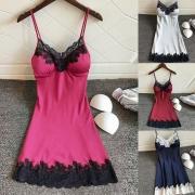 Lingerie-Kleid mit schmückendem Spitzenbesatz