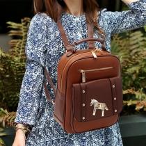 Klassischer Rucksack von Kontrastfarbe mit Druck von Pferd und Niete