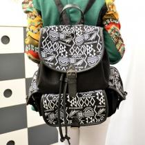Stilvolle Tasche von Pop-Stil von Kontrastfarbe mit geometrischer Abbildung