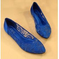 Flache Schuhe von reiner Farbe mit Häkelspitze von Blumen