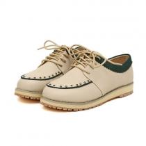 Süße klassische Schnürschuhe vom britischen Stil und Kontrastfarbe mit Nieten