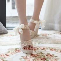 Platform-Sandalen mit Fersenriemen und Schmetterlingsknoten