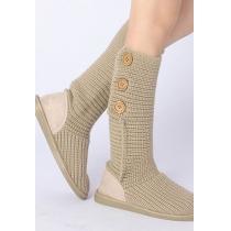 Gestrickte stilvolle schicke Stiefeln von reiner Farbe aus Wolle mit Knopf