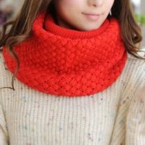 Süßer gestrickter öffnender Schal von reiner Farbe