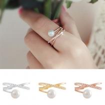 Stylische elegante Ring mit Zierperle und Zirkonia (synth.)