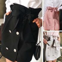 Modischer eleganter Minirock mit Bindegürtel und Zweireihiger-Knöpfen