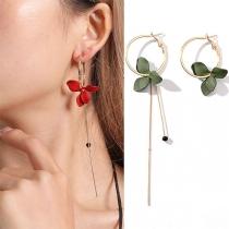 Moderne Asymmetrische Ohrringe mit Langen Anhängern und Blütenblättern