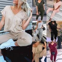 Modernes Zweiteiliges Set bestehend aus einem T-Shirt mit Volltonfarbe Kurzen Ärmeln und V-Ausschnitt + Hose