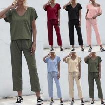 Modernes Zweiteiliges Set bestehend aus einem T-Shirt mit V-Ausschnitt und Kurzen Ärmeln + Hose