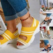 Moderne Sandalen mit Kontrastierenden Farbe Dicken Sohlen und Offenen Zehen