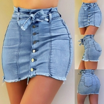 Moderner Jeansrock mit Hoher Taille Schlanker Passform Ausgefranstem Saum und Knöpfen