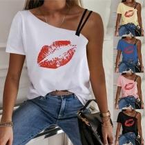 Sexy T-Shirt mit einer Freien Schulter Kurzen Ärmeln und Rotem Lippenmotiv