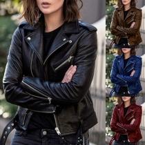 Moderne Lederjacke aus Kunstleder in Volltonfarbe mit Revers Schrägem Reißverschluss und Schlanker Passform