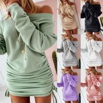 Modernes Kleid mit Volltonfarbe Langen Ärmeln Freien Schultern Schlanker Passform und Seitlichem Kordelzug