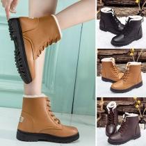 Moderne Martin-Stiefel mit Flachen Absätzen Runden Zehen Plüschfutter und Schnürsenkeln
