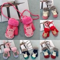 Nette Strickhandschuhe für Kinder mit Elchmuster und Kontrastierenden Farben