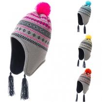 Moderne Strickmütze für Kinder mit Bommel Kontrastierenden Farben Schickem Muster und Quasten