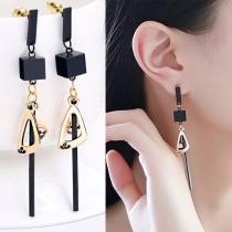 Schicke Ohrringe mit Anhänger in der Form von Würfel & Triangel