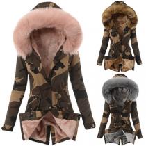 Moderne Gepolsterte Jacke mit Kapuze mit Kunstpelz Plüschfutter und Tarnmuster