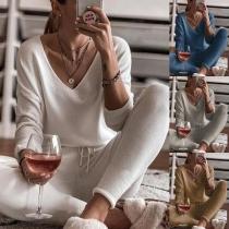 Modernes Zweiteiliges Set in Volltonfarbe bestehend aus einem Sweatshirt mit Langen Ärmeln und V-Ausschnitt + Hose