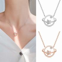 Moderne Halskette mit Planetenanhänger mit Eingelegtem Strass