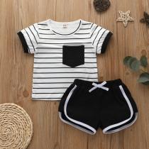 Einfaches Zweiteiliges Set für Babys bestehend aus T-Shirt mit Kurzen Ärmeln und Rundhalsausschnitt + Shorts