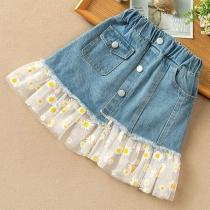 Netter Jeansrock für Kinder mit Tüll und Gänseblümchenmuster am Saum und Hoher Taille