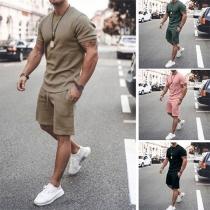 Moderner Sportanzug für Herren in Volltonfarbe bestehend aus einem T-Shirt mit Kurzen Ärmeln und Rundhalsausschnitt + Shorts