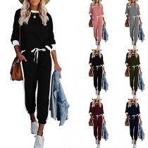 Modernes Zweiteiliges Set in Kontrastierenden Farben bestehend aus einem Top mit Langen Ärmeln und Rundhalsausschnitt + Hose