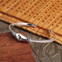 Kreatives Silberfarbenes Armband in Handschlagform