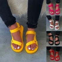 Moderne Einfarbige Sandalen mit flachen Absätzen und Offenen Zehen