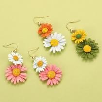 Ohrringe in Frischem Stil mit Kontrastierenden Farben und Gänseblümchen-Anhängern
