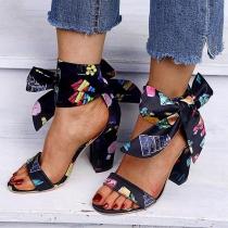 Moderne Schuhe mit Dicken Hohen Hacken Offenen Nasen Buntem Muster und Schleifen