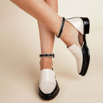 Moderne Schuhe mit Spitzen Zehkappen und Quadratischen Absätzen