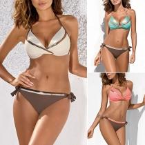 Sexy Bikini Set mit Niedriger Taillen Trägern und Kontrastierenden Farben