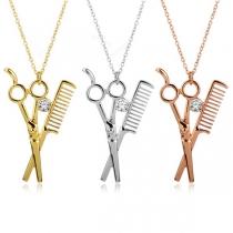 Kreative Halskette mit Schere und Kammanhänger