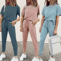 Modernes Zweiteiliges Set mit Volltonfarbe bestehend aus einem T-Shirt mit Kurzen Ärmeln + Hose