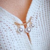 Moderne Brosche mit Perlen