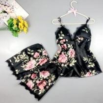 Sexy Nachtwäscheset mit Spitzendesign bestehend aus einem Top mit Freiem Rücken V-Ausschnitt und Trägern + Shorts