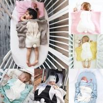 Niedliche Plüschdecke für Babys in Kontrastierenden Farben mit Kaninchenohren