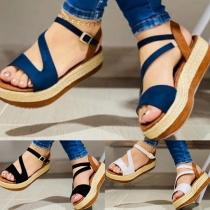 Moderne Sandalen in Kontrastierenden Farben mit Dicken Sohlen und Offenen Zehen