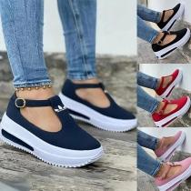 Lässige Offene Schuhe in Kontrastierenden Farben mit Dicken Sohlen und Runden Spitzen